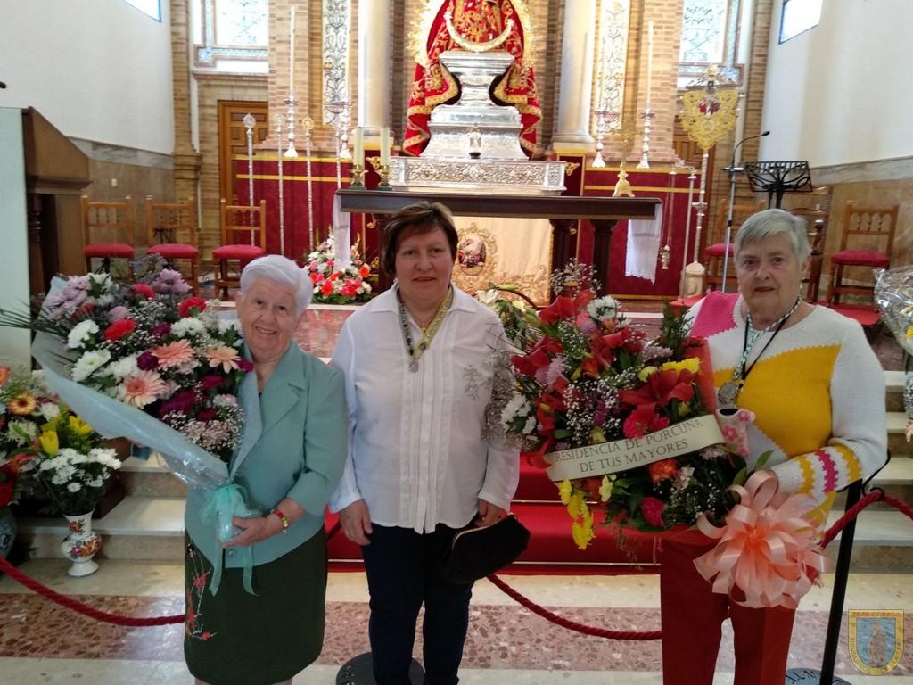 Residentes de la Residencia Virgen de Alharilla realizan ofrenda floral a Nuestra Señora de Alharilla