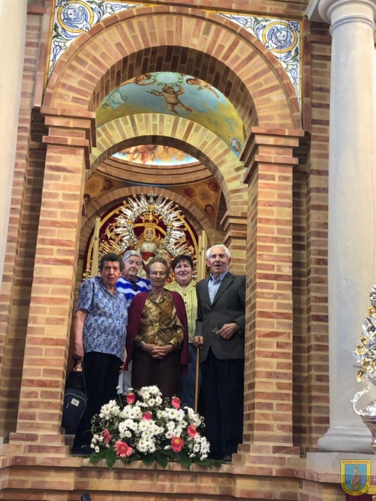 Residentes de la residencia Virgen de Alharilla visitando a la Patrona en el llano